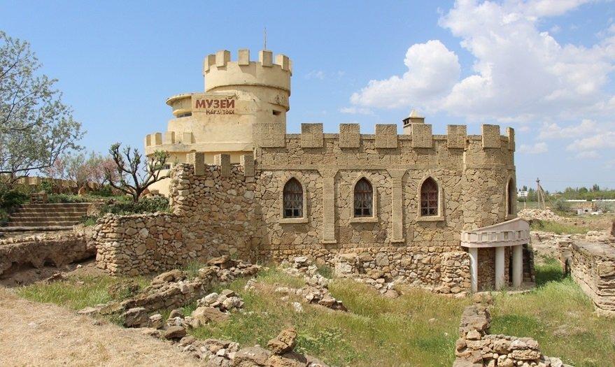 Это развалины древнего городища Кара-Тобе