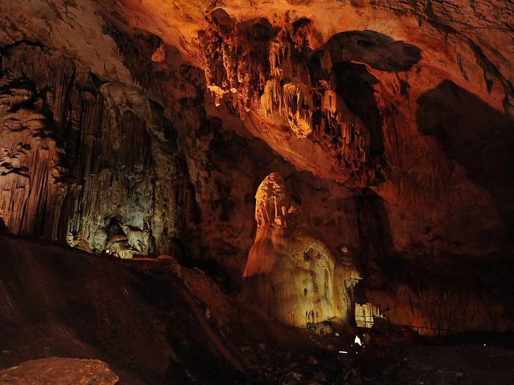 Самая привлекательная и посещаемая Мраморная пещера