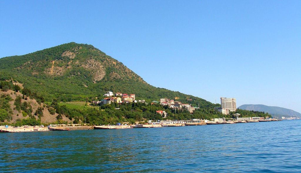 Лазурное в Крыму под Алуштой: спокойный отдых, развлечения и удивительные места