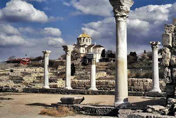 В Севастополе исторические достопримечательности находятся на каждом шагу