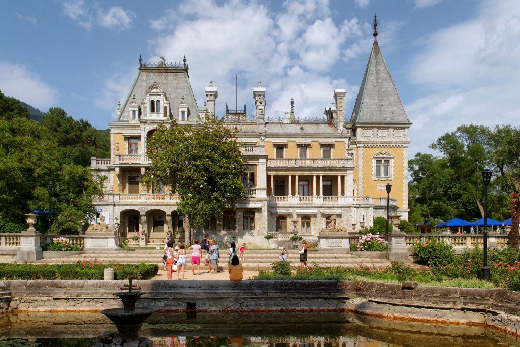 Массандровский дворец — сказочный замок в лесу